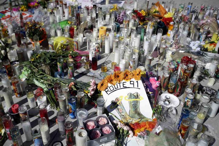 Blumen und Kerzen liegen in Las Vegas an einer Gedenkstätte für die Opfer des Massakers.