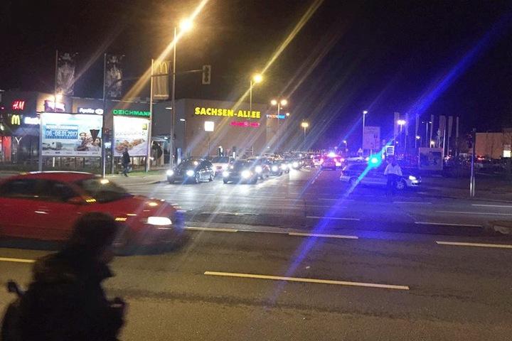 Polizei steht vor dem Sachsenallee-Center.