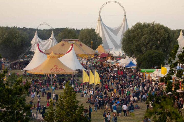 Festivalbesucher sind auf dem Gelände des Fusion-Festivals unterwegs.