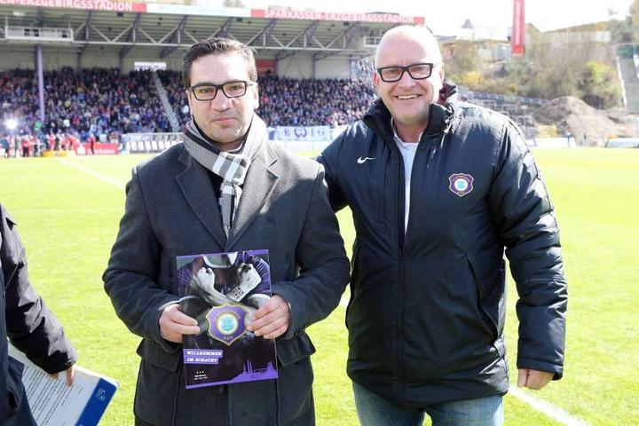 Markus Beyer (li.) 2016 im Stadion von Fußball-Zweitligist Erzgebirge Aue. Der gebürtige Erlabrunner bekam von Geschäftsführer Michael Voigt in der Halbzeitpause seinen Mitgliedsausweis.