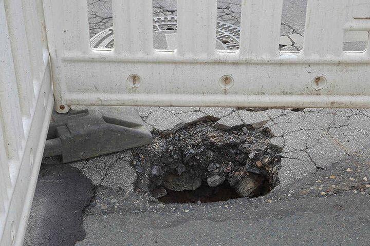 Dieses große Loch klafft momentan auf der Berggartenstraße.