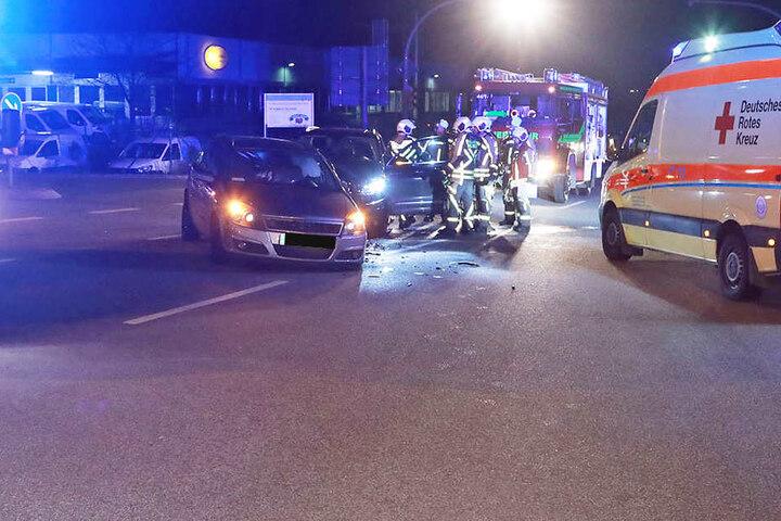 Vier Personen sollen verletzt worden sein.