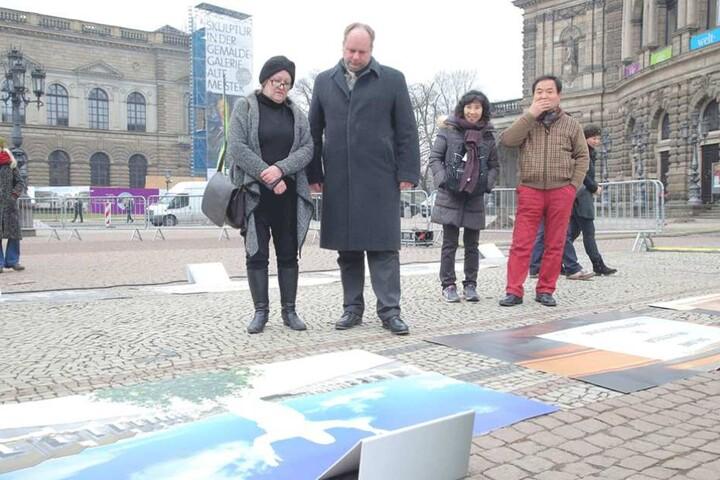 OB Dirk Hilbert und Heidrun Hannusch, Vorsitzende des Vereins Friends of Dresden Deutschland, schauen sich die Grabbilder an.
