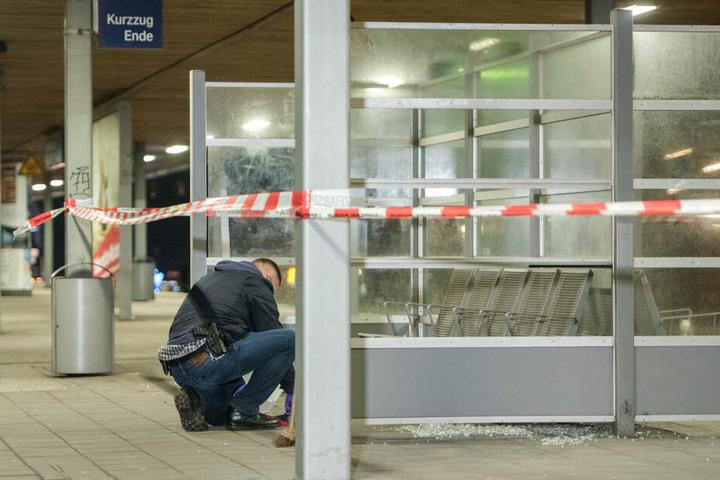 Ein Entschärfer der Polizei untersucht auf dem S-Bahnhof Veddel nach der heftigen Explosion den Tatort.