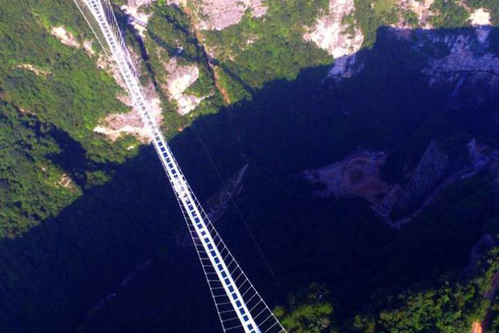 430 Meter lang führt die Brücke in 300 Metern Höhe über den Abgrund.