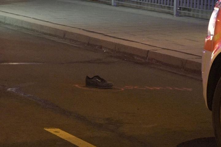 Der Schuh des 16-Jährigen lag nach dem Zusammenstoß auf der zweispurigen Straße.
