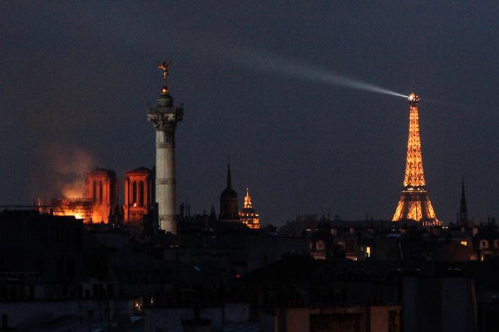 Links die brennende Kathedrale, rechts der Eiffelturm.