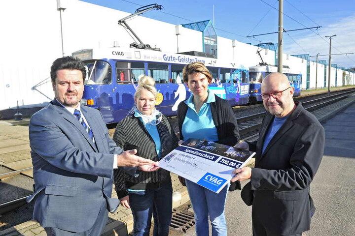 CVAG-Vorstand Jens Maiwald (53, l.) übergab am Freitag die Spende von 700 Euro.