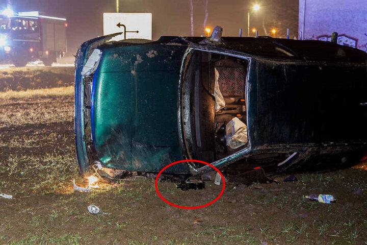 Der offenbar betrunkene Fahrer soll in Socken geflohen sein. Die Schnapsflasche ließ er wohl zurück.