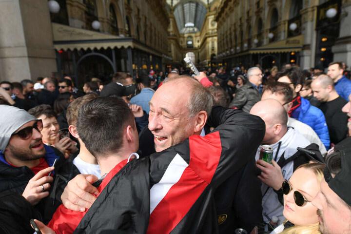 Peter Fischer, der seinen 63. Geburtstag feierte, wird von einem Fan geherzt.