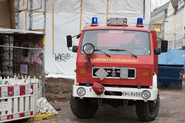 Der Kampfmittelräumdienst der Hamburger Feuerwehr ist am Schulterblatt eingetroffen und untersucht den Blindgänger.