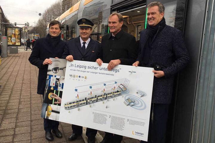 Die Straßenbahnen und Busse sind außerdem per Satellit ortbar, sodass ein betroffenes Fahrzeug im Notfall sofort ausfindig gemacht werden kann.