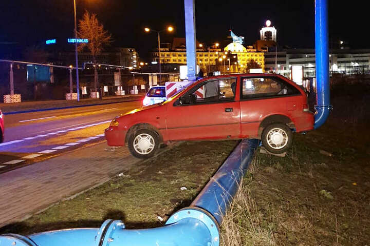 """Aus bisher unbekanntem Grund """"strandete"""" der Fahrer auf dem Mittelstreifen."""