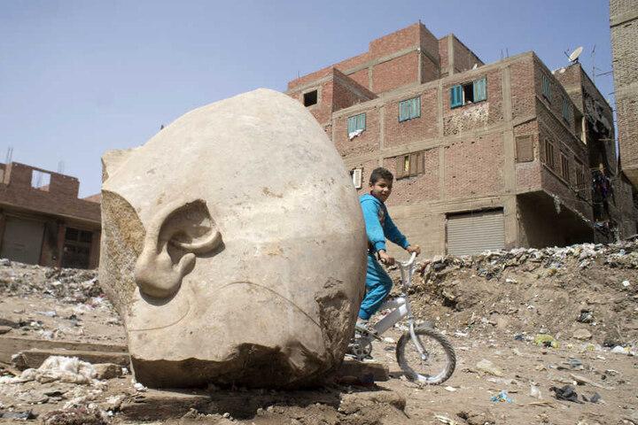 Ein Kind kommt einen Tag später an der Statue vorbei.
