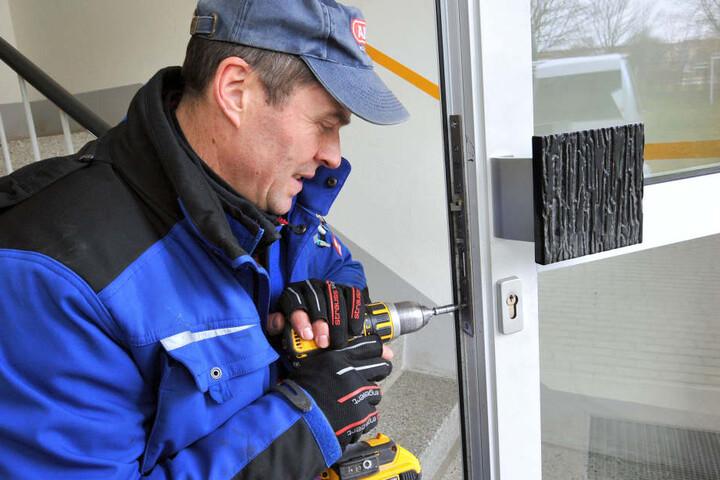 """Mit dem """"Mediator""""-System bleiben Haustüren ganztägig verriegelt. Percy Peuckert vom Westsächsischen Schließanlagen Service/Schlüsseldienst Gruß baut es ein."""