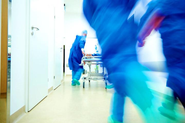 Der Mann wurde im Krankenhaus notoperiert (Symbolbild).