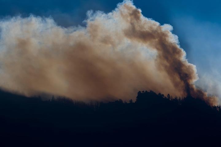 Um auf sich aufmerksam zu machen, zündete er ein Signalfeuer und entfachte dabei einen Großbrand.