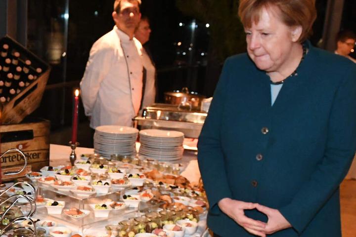 Bundeskanzlerin Angela Merkel (CDU) schaut sich auf dem Jahresempfang ihres Wahlkreises das Buffet an.