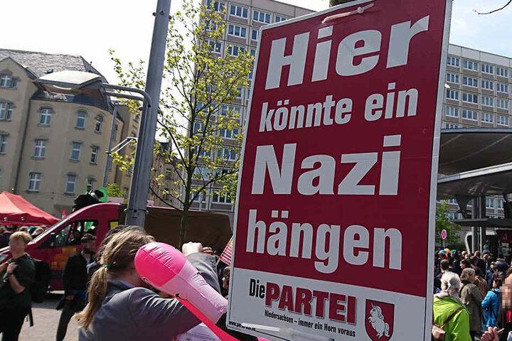 Dieses Plakat sorgt für Aufregung. Auch bei einer Anti-Nazi-Demonstration in Halle hing es an vielen Mästen.