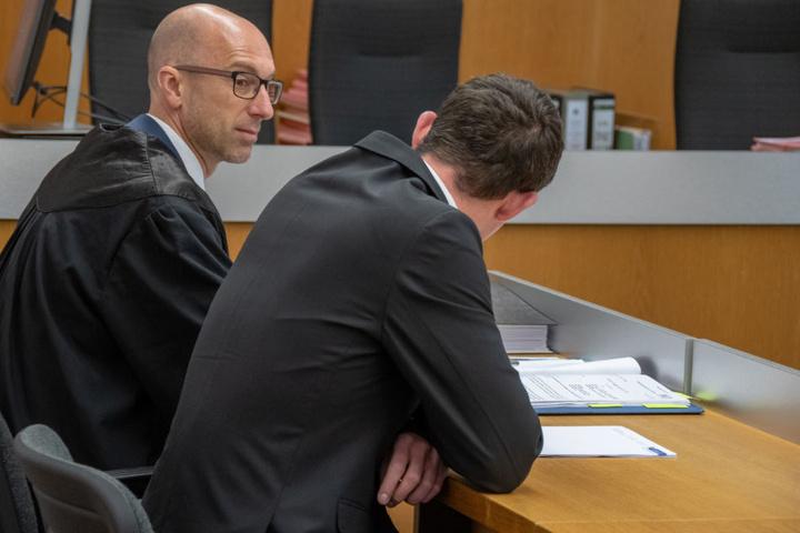 Der Angeklagte (r) gab an, am Tag der Tat ordentlich Alkohol getrunken zu haben.