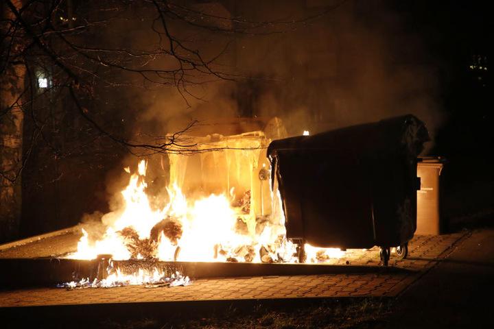 Die Flammen zerstörten einige Container.