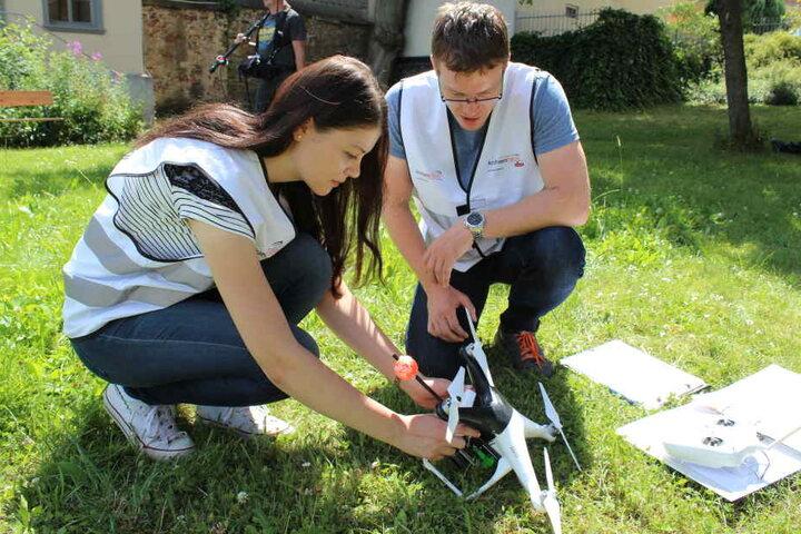 Bei Hochschul-Flugtrainer Benjamin Gehmlich (29) lernte Sara Terkawi (22) den  Umgang mit der Archäologie-Drohne.