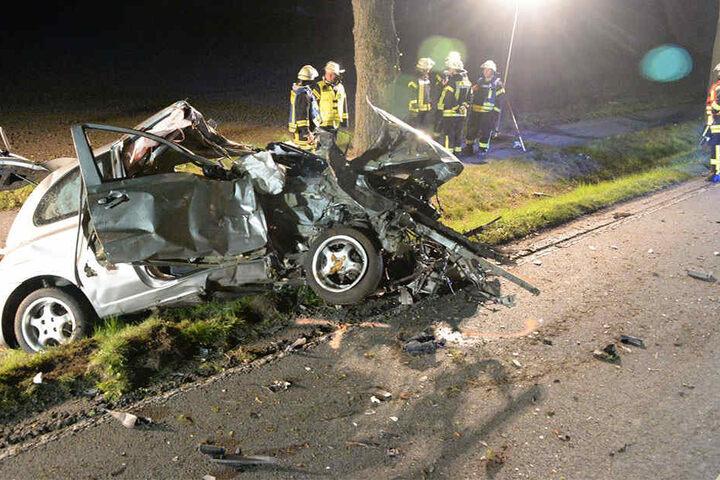 Der Fahrer krachte mit seinem Nissan gegen zwei Bäume.