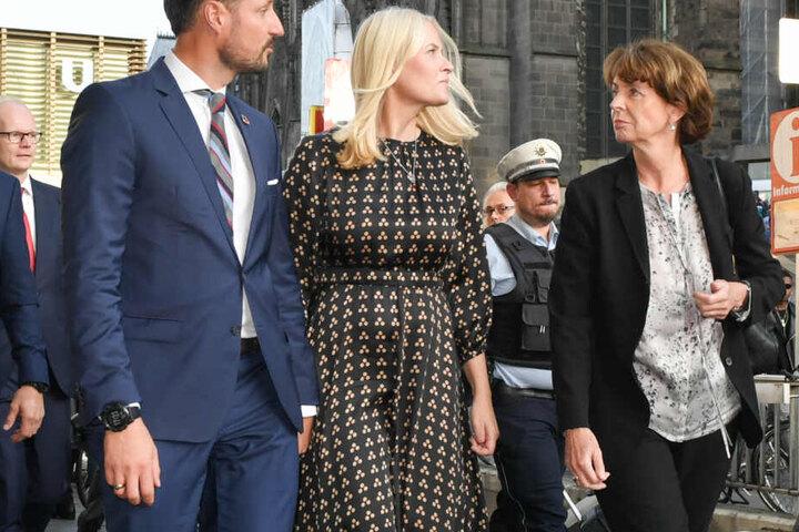 Kölns Oberbürgermeisterin Henriette Reker (parteilos) empfang die beiden Norweger am Kölner Hauptbahnhof.