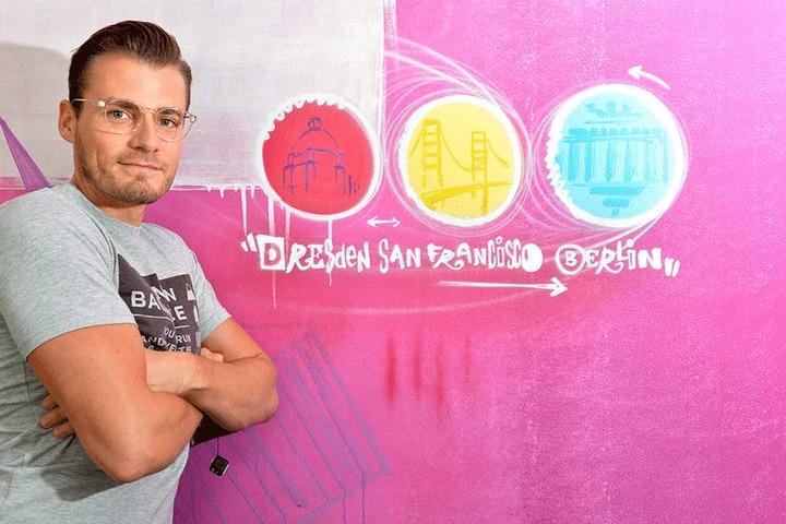 Tobias Börner (31) neben einem Graffito in der Firmenzentrale, das bereits  die US-Verbindung darstellt.