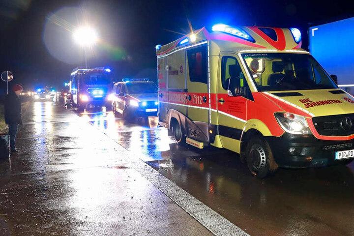 Der Fahrer und seine Beifahrerin mussten ambulant behandelt werden.