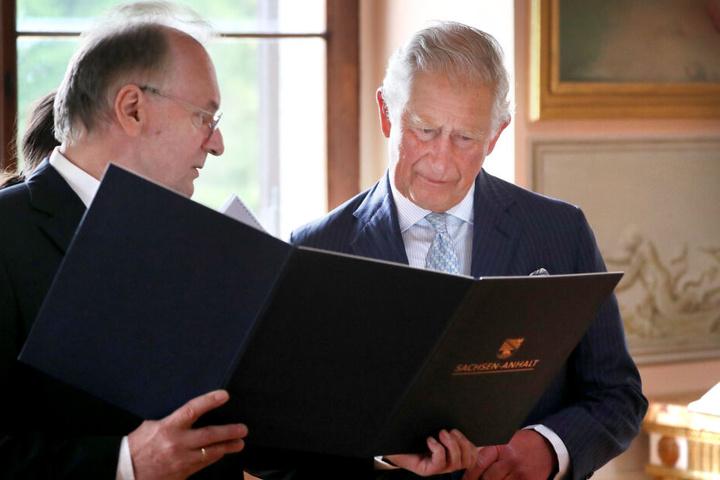 Abschluss des Besuches: Im Schloss Wörlitz trug sich Charles in die Goldenen Bücher der Kulturstiftung Dessau-Wörlitz sowie der Landesregierung ein.