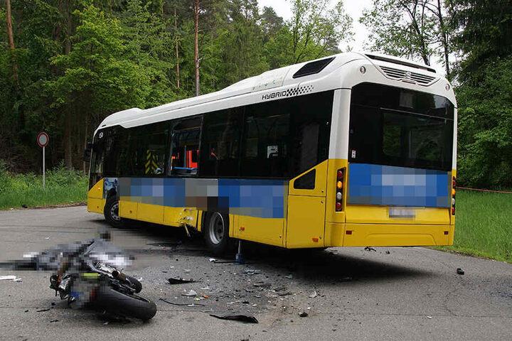 Bus und Motorrad weisen erhebliche Sachschäden auf.
