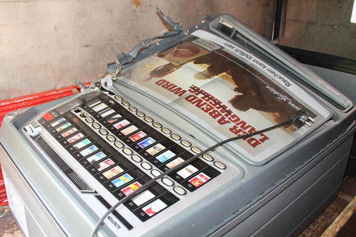 Der Zigarettenautomat wurde beim gewaltsamen Leeren völlig zerstört.