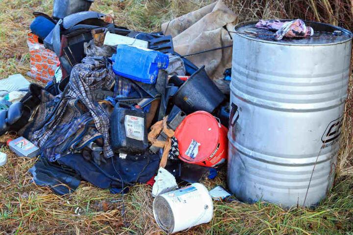 Unter anderem sechs 60-Liter Fässer mit Altöl entsorgten die Unbekannten auf dem Grundstück.
