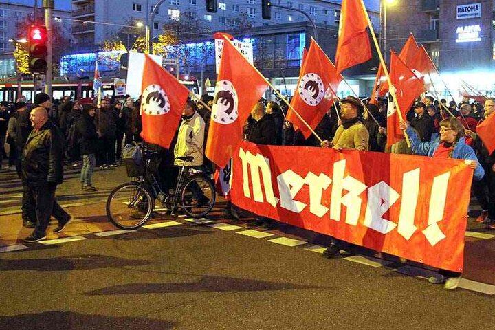 """Rund 200 Teilnehmer der rechts-satirischen """"Merkel-Jugend"""" zogen durch Chemnitz."""