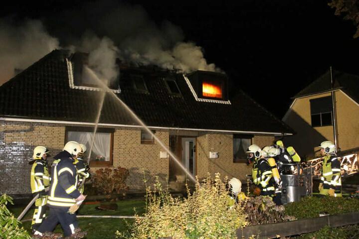 Die Feuerwehr versucht von mehreren Seiten den Brand zu löschen.