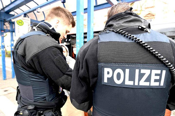 Zwei Männer ohne Ticket gerieten während der Fahrt und am Bahnhof in Streit.