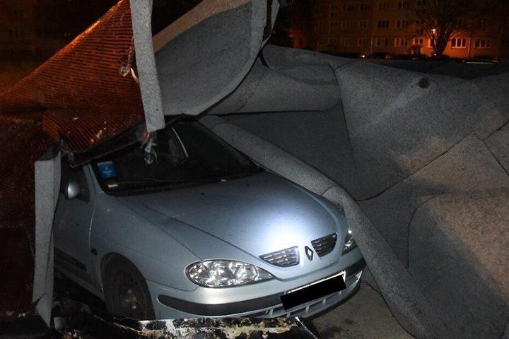 In Zittau flog das Dach eines Neubaublocks davon, mehrere Autos wurden beschädigt.
