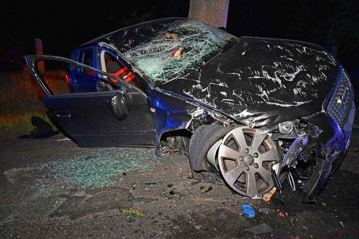 Die beiden Insassen konnten sich selbst aus dem Auto befreien und wurden nur leicht verletzt.