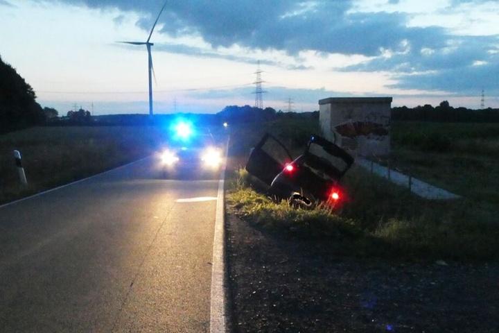 Den flüchtigen Wagen fand die Polizei schließlich in einem Straßengraben.