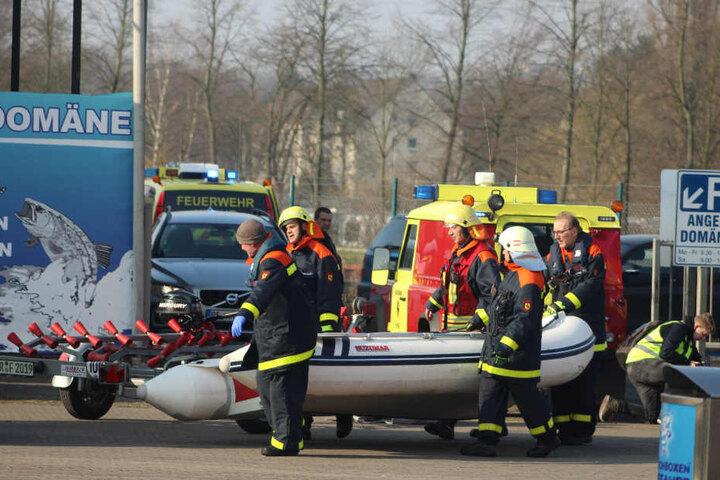 Mit einem Boot holte die Feuerwehr die Leiche aus dem Wasser.