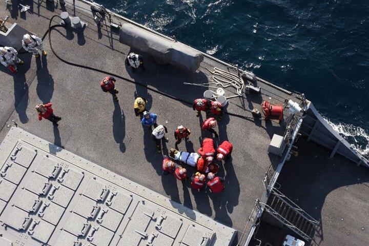 Die Verletzten wurden bereits an Bord so gut es geht versorgt.