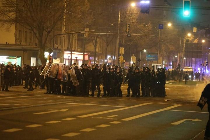 Auf der Richard-Lehmann-Straße standen sich die Einsatzkräfte der Polizei und die Demonstranten gegenüber.