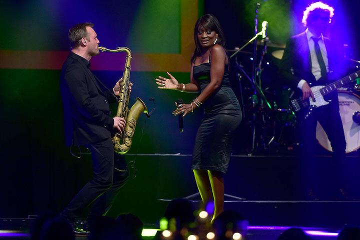 """Sängerin Della Miles begeisterte mit der Band """"The Matt Lawner Five"""" das Publikum auf der Dinnershow-Premiere im """"Kraftverkehr""""."""