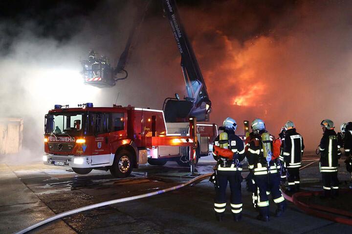 Zwei Gelenkmasten kamen zum Einsatz um die Flammen von oben zu löschen