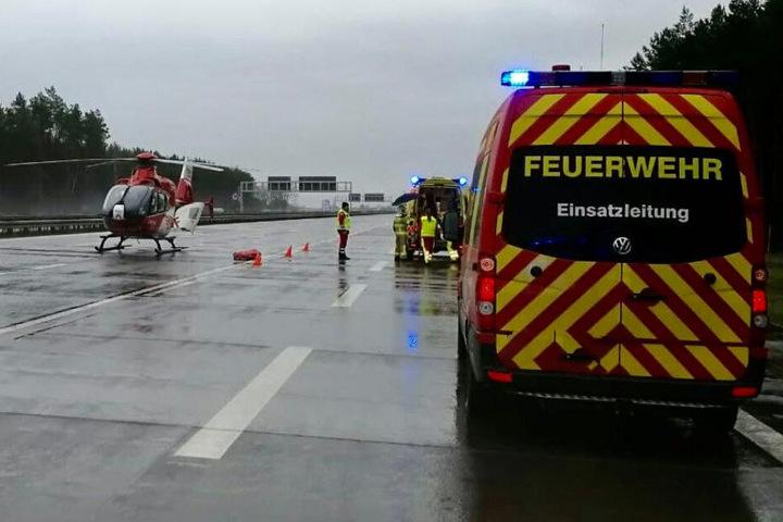 Ein Rettungshubschrauber landete an der Unfallstelle.