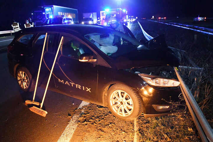 Der Ford Galaxy fraß sich nach dem Unfall in die Leitplanke.