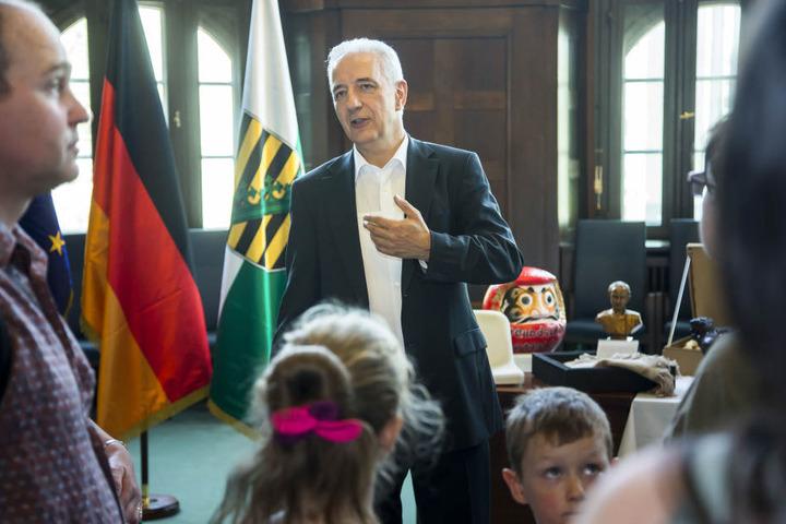 MP Tillich zeigt Bürgern sein Büro.