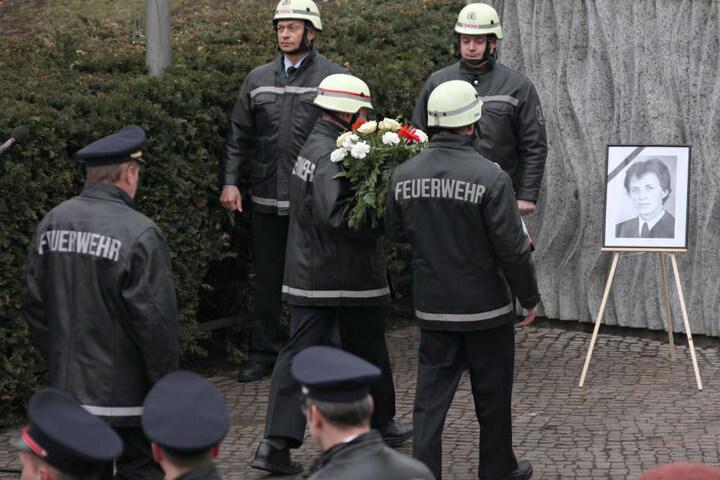 Traditionell legen die Feuerwehrleute einen Kranz nieder (Archivbild).