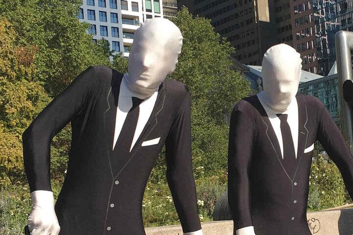 Aktivisten verkleideten sich als gesichtslose Banker- oder Manager-Gestalten.